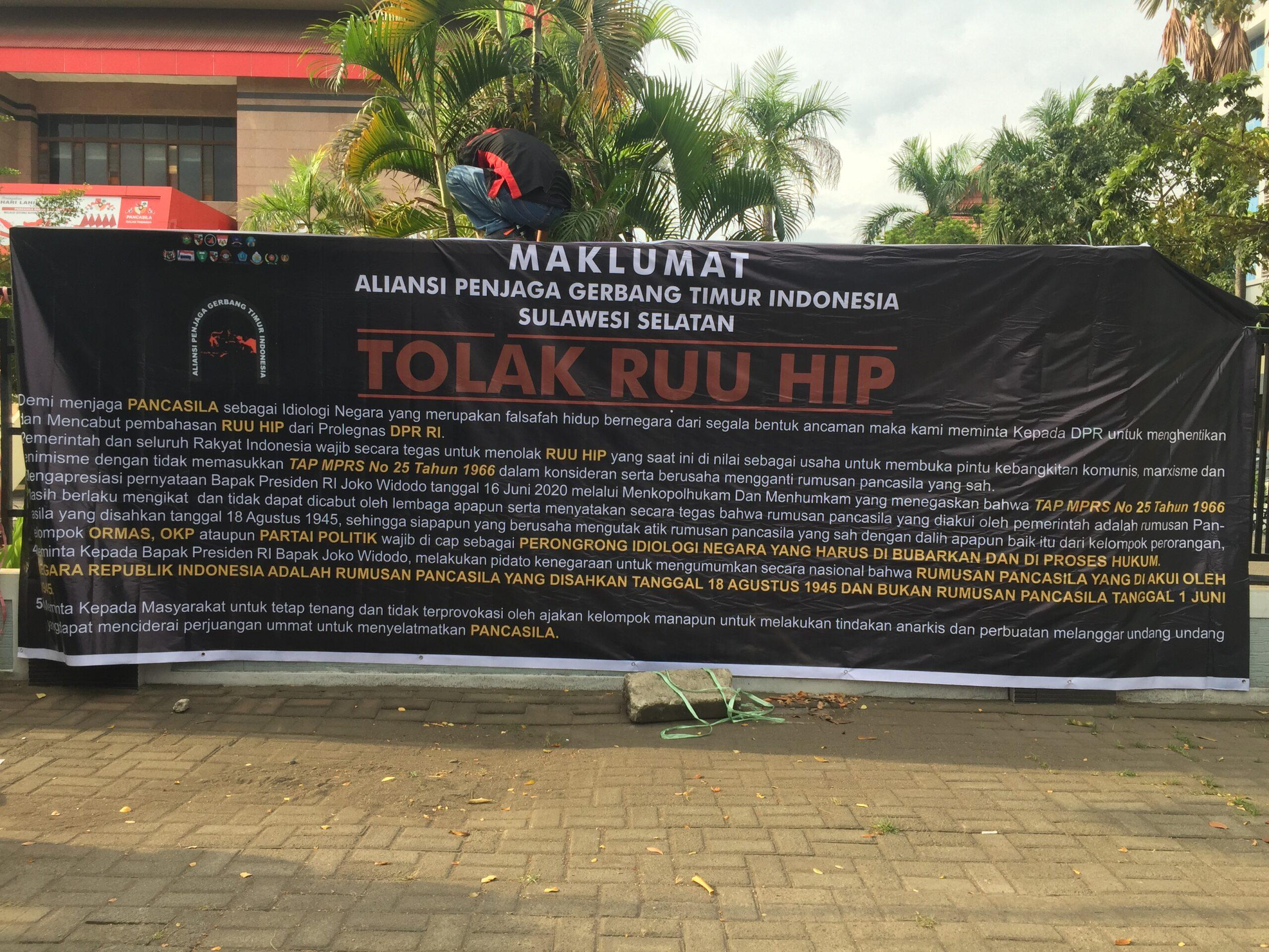 APEGTI Bentangkan Spanduk Penolakan Pengesahan RUU HIP di Gedung DPRD Provinsi Sulawesi Selatan, jum'at (3/7/2020)