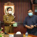 Satgas Covid Unhas Serahkan 5.000 Botol Minyak Kayu Putih ke Pemkot Makassar