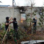 Aksi Cepat Tanggap Personel TNI Padamkan Kebakaran