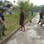 SatgasPamtasYonif 642 Bersama Masyarakat Perbaiki Jalan Desa