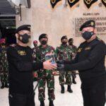 Panglima TNI HadiriPenyematanBrevet Hiu KencanaTNI ALKepada Kapolri