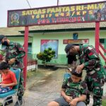 Tidak Hanya Jago Medan Tempur Ternyata Prajurit TNI Jago Cukur Rambut Model Zaman Now
