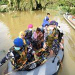 Pasukan TNI AL Berhasil Selamatkan Ibu Melahirkan Tengah Musibah Banjir