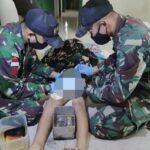 Terimakasih TNI, Personel Satgas Yonif 642 Bantu Proses Khitan Warga
