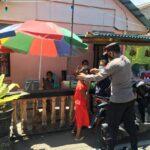 Puasa Kedua Polsek Serasan Laksanakan Pengamanan Pasar Ramadhan Serta Bagikan Masker