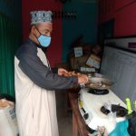 Camat Midai Natuna Turun Tangan Siapkan Masakan Bagi Warga Terpapar Covid 19