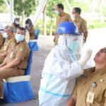 Hari Pertama Masuk Kantor Pegawai Kota Batam Dicolok Hidung Tes Antigen