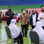 Tinjau Vaksinasi Massal di Provinsi Riau, Jokowi: Covid 19 ditekan serendah rendahnya
