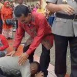 Mengharukan Anak Pemecah Batu Cium Kaki Ayah di Depan Komandan Polisi