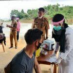 Kapolres Natuna Bersama Bupati Menyaksikan Vaksinasi, Pulau Tiga Capai 70 Persen