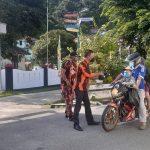 Polsek Siantan dan Pemuda Pancasila membagi kan masker ke masyarakat