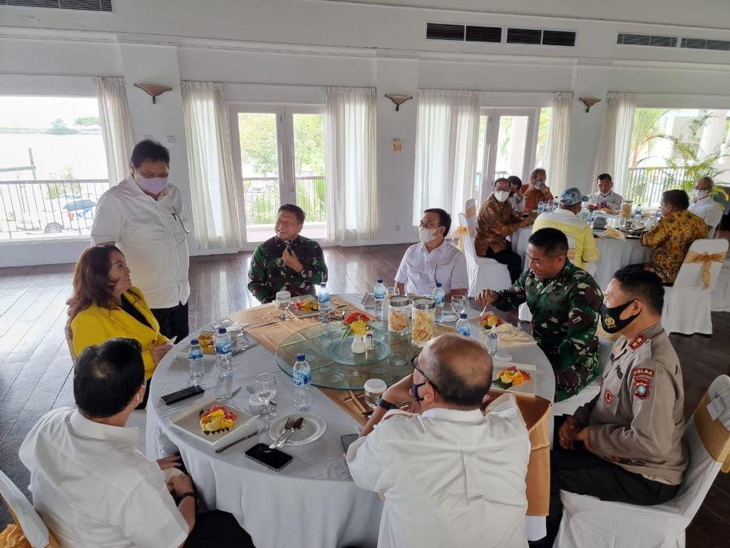 Airlangga Hartarto berdiri di samping Cen Sui Lan, Angota Komisi V DPR RI Fraksi Golkar Dapil Kepri