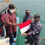 Salud Dan Bangga Gugah Jiwa Nasionalisme, TNI AL Bagikan Bendera Merah Putih