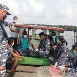 Gencarkan Pelayanan Vaksinasi, TNI AL Lanal Dumai Sisir Nelayan dan Pedagang Apung